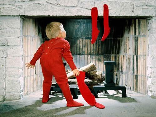 Immagini di Natale Bambino che guarda nel camino